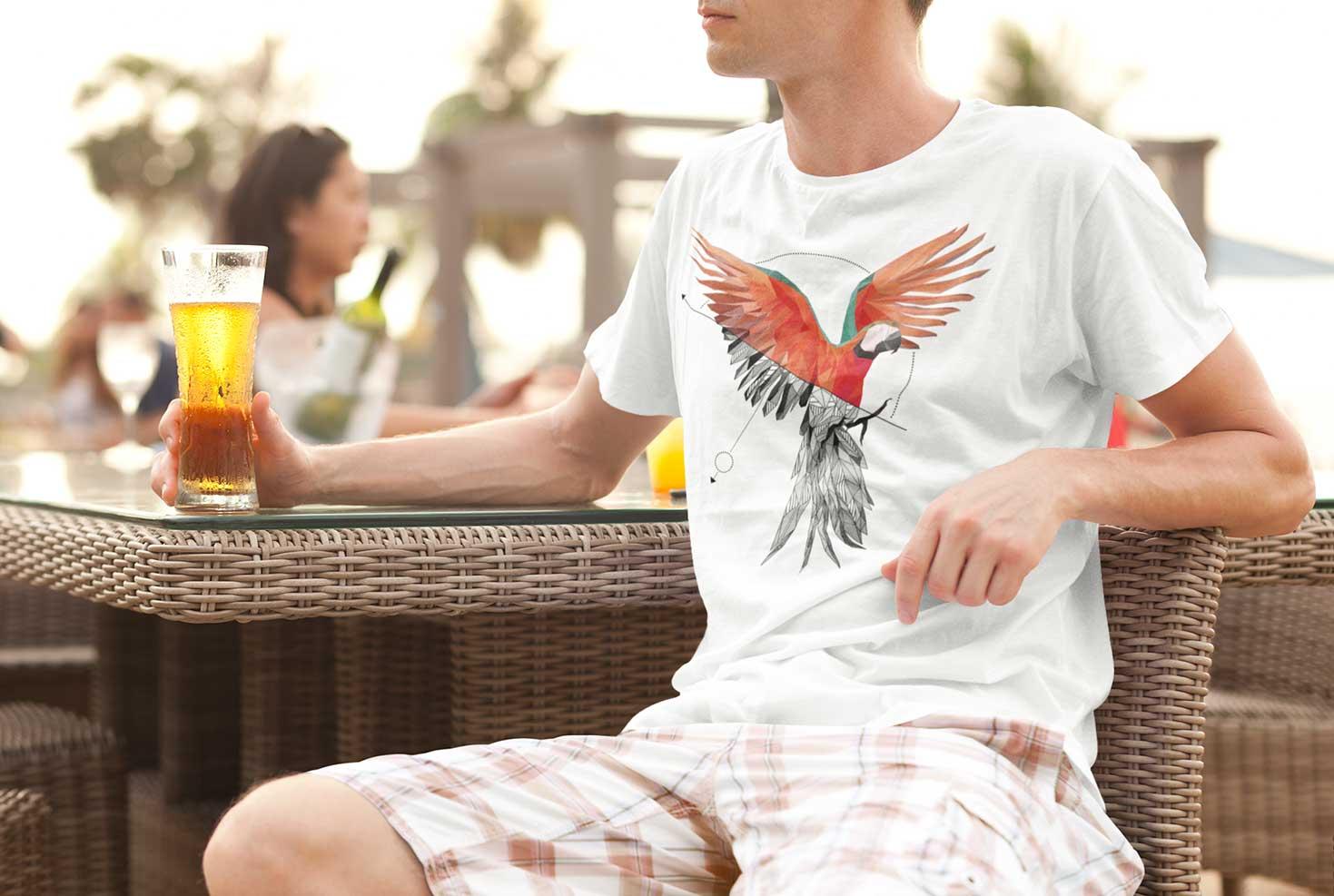 Geometrische Zeichnung von einem Papagei auf einem T-Shirt